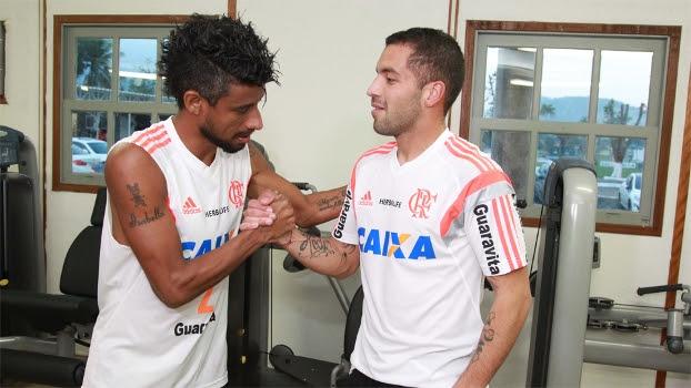 Canteros cumprimenta Léo Moura; o novo reforço do Flamengo deve participar de jogo-treino neste sábado