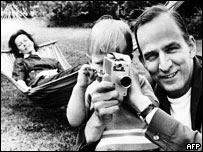 Bergman enseña a su hijo cómo usar la cámara.