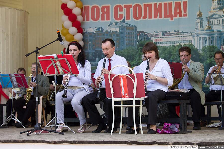 На переднем плане кларнетисты духового оркестра завода Электровыпрямитель