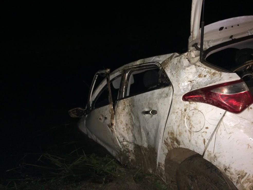 PM fica ferido após perder controle da direção e carro sair da pista  (Foto: Corpo de Bombeiros/Divulgação)