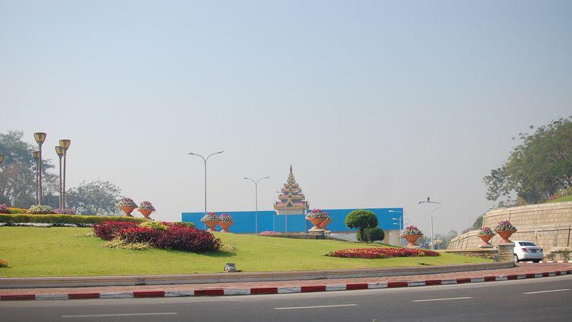 Un gigantesque rond-point dans la ville de  Naypyidaw. La photo a été prise en mars  2015.