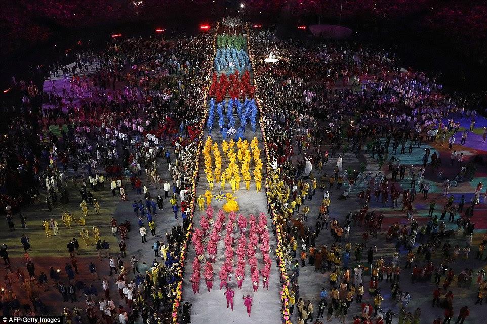 Uma enorme procissão de sambistas entrar no estádio para a cerimônia de abertura dos Jogos Olímpicos de 2016 no Rio