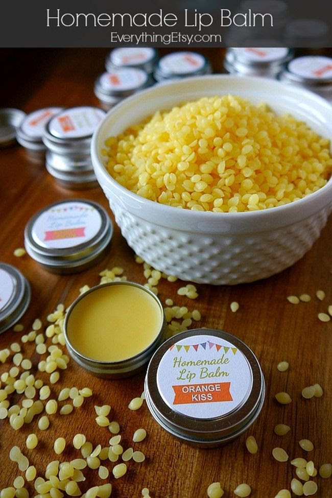 Homemade Lip Balm Recipe & Printable Labels {DIY Gift}...super easy!  #DIY #beauty