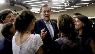 Rajoy, envoltat de periodistes, després de la roda de premsa d'aquest dijous (EFE)