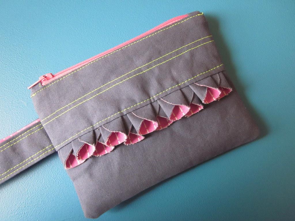 circle ruffle pouch