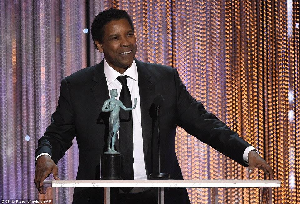 """Orgulhoso: Denzel Washington aceita o prêmio por desempenho excepcional por um ator masculino em um papel de liderança para """"Fences"""""""