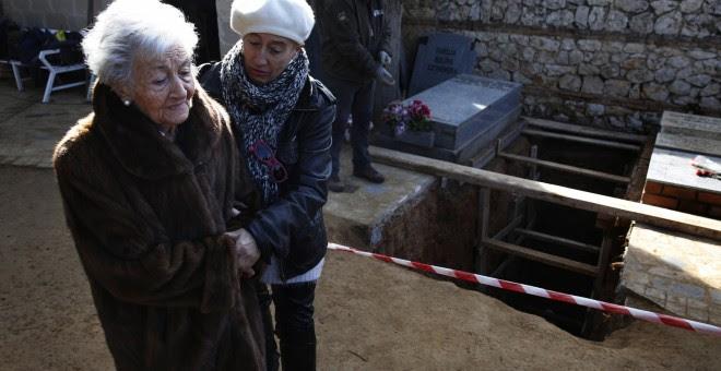 Ascensión Mendieta, la mujer que ha conseguido abrir la fosa de su padre.- REUTERS