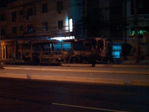 Ônibus foram queimados durante a noite de domingo (16) em protesto de moradores do Morro da Congonha (Foto:  Wallace Luiz/VC no G1)