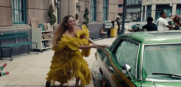 Beyoncé anda nas ruas de New Orleans e começa carros que quebram com um taco de beisebol.  Ela não só quebrar o carro de seu marido de engano - ela está quebrando carros aleatórios.
