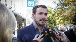 El candidato de IU, Alberto Garzón, presenta sus propuesta sobre vivienda junto a la SAREB, también llamado 'banco malo', en Madrid. JOSÉ CAMÓ/IU