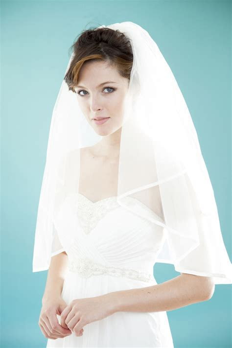 A Simple Tutorial That Shows You How to Wear a Bridal Veil