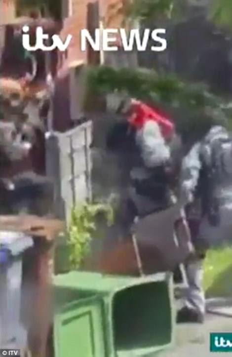 Filmes emergiram hoje do momento em que a polícia antiterrorista armada invadiu a casa de Abedi na área de Fallowfield, em Manchester