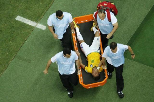 Após pancada, Neymar é levado a clínica para realizar exames FABRIZIO BENSCH/AFP