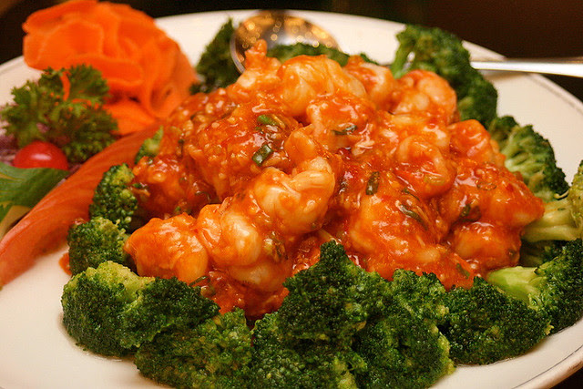 Stir-fried prawns in chili sauce