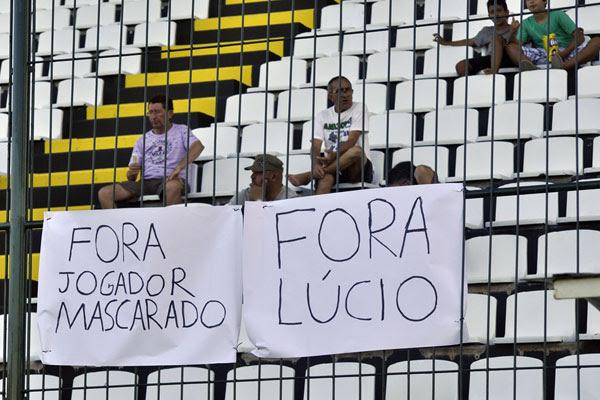 No treinamento de ontem, torcedores do ABC protestaram contra a presença de Lúcio