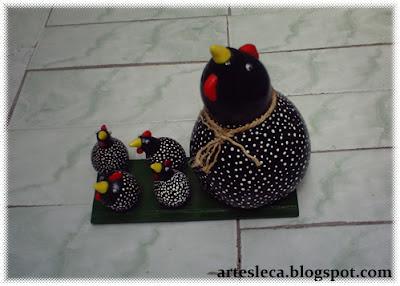 Galinha grande e 4 pequenas feitas de porongo (cabaça)