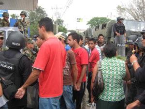 policías detuvieron decenas de personas
