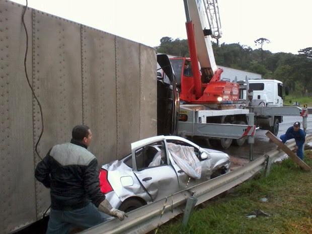 Caminhão baú tomba sobre carro e mulher morre na Fernão Dias (Foto: Reprodução EPTV)