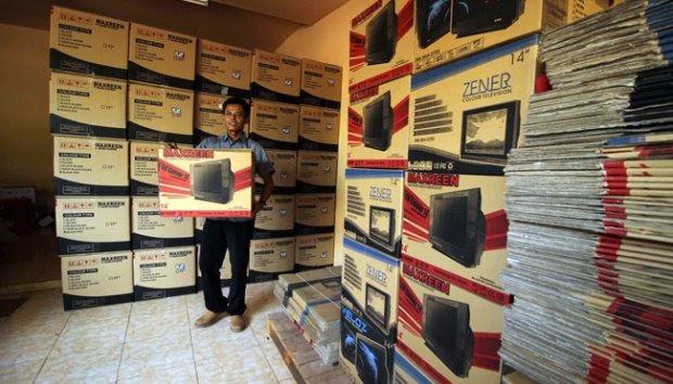 Pria Lulusan SD Ini Punya Perusahaan Televisi Skala Rumahan