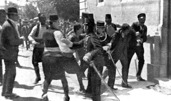 Princip, segundo por la derecha, capturado tras disparar al archiduque.