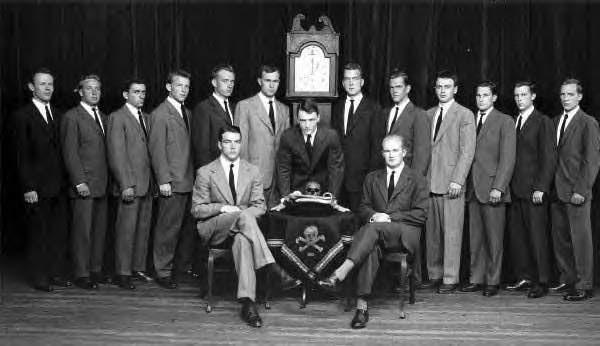 4) Skull and Bones. Miembros con Bush padre.