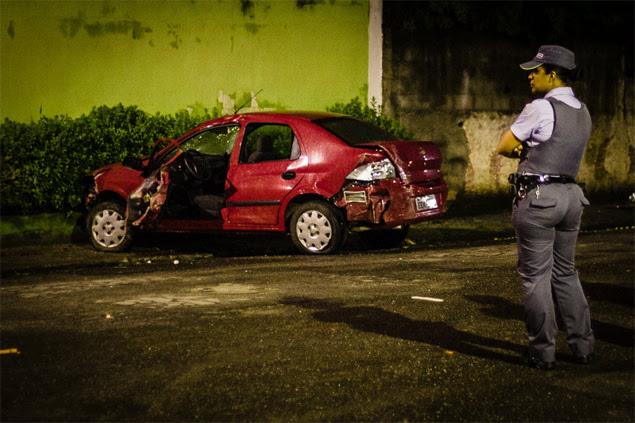 Policial observa carro roubado abandonado após motorista atropelar quatro pessoas em calçada na Grande SP; uma morreu