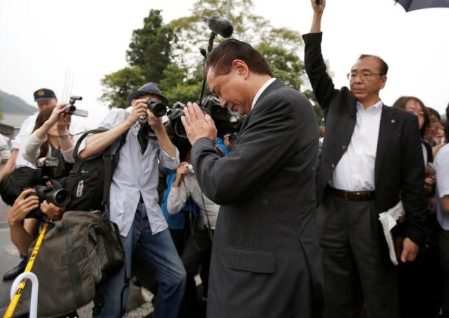 Губернатор префектуры Канагава Юджи Куроива прибыл на место преступления. Фото: Reuters / Scanpix