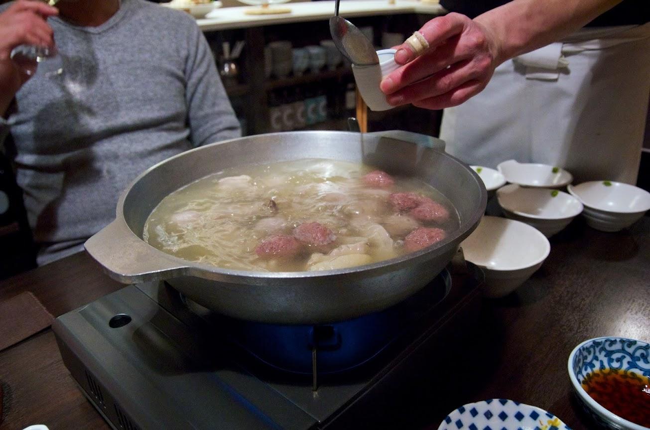小さな湯のみに注がれた熱々スープ!