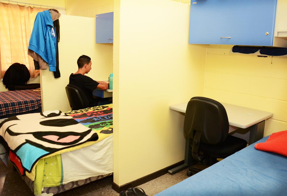 Sloder ya está debidamente acomodado en el módulo B de Residencias Estudiantiles, donde estudiará y dormirá este semestre. Foto: Ruth Garita / OCM.