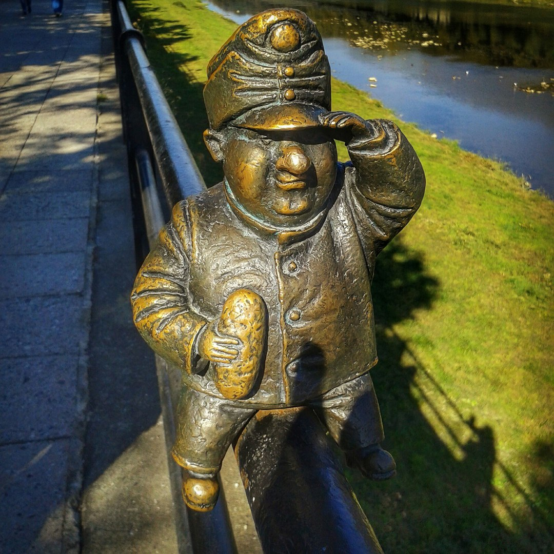 Міні-скульптура бронзового бравого вояка Швейка з кнедликом у руці