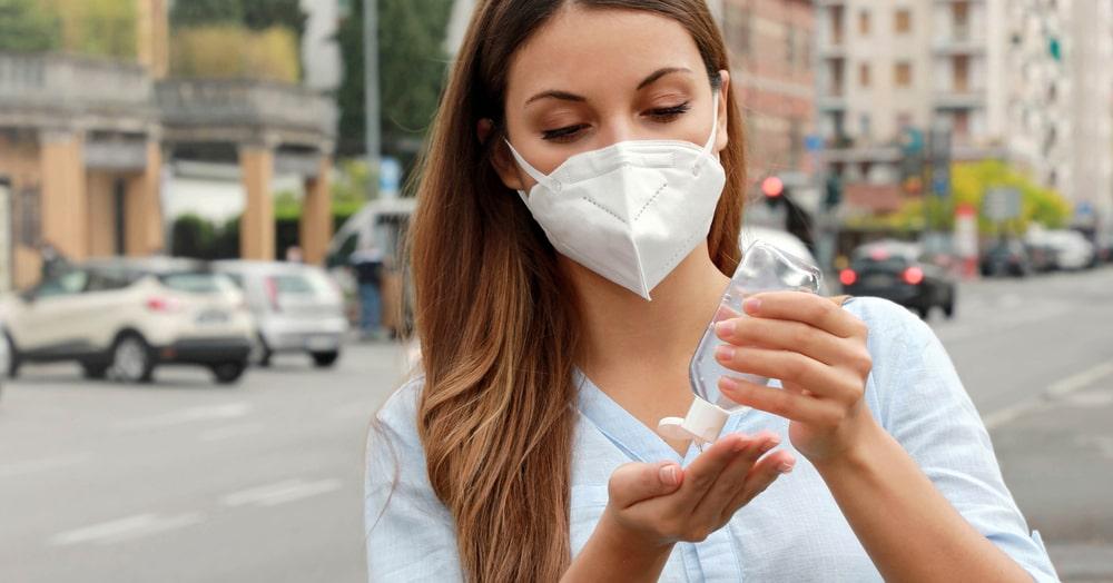 É fundamental manter as mãos limpas em espaços públicos. (Fonte: Shutterstock)
