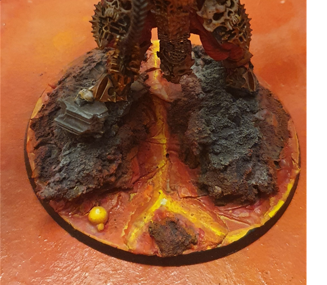 Skarbrand lava base - a large circular base, with bright rivers of red and yellow lava running between rocks, lit by the glow from the lava