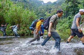 Image result for Lội suối vào hang Sơn Đoòng