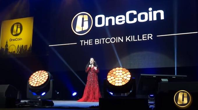 "Rainha da OneCoin ""The Bitcoin Killer"" no palco"