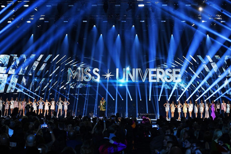 Có thể là hình ảnh về 4 người, thực phẩm và văn bản cho biết 'S MISS UNIVERSE S'