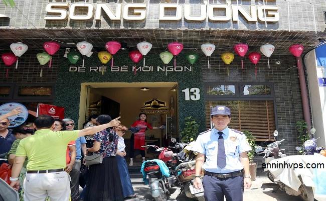 Nhân viên bảo vệ của công ty Thắng Lợi đang làm nhiệm vụ giữ an ninh trật tự