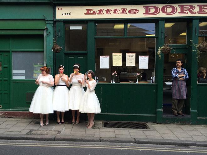 """""""Ladies in Waiting"""" là bức ảnh chụp các quý cô tại chợ Borough, London, Anh."""