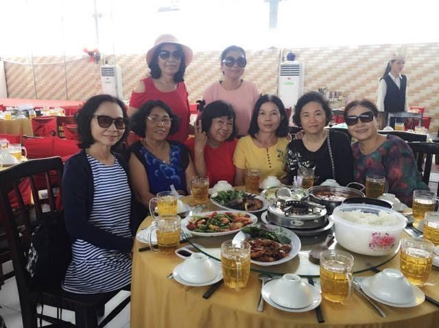 Trong hình ảnh có thể có: 7 người, bao gồm Tuyết Hoa, Bông Đặng, Thanh Minh Phạm và Trương Thu Thủy, mọi người đang cười, mọi người đang ngồi, bàn, món ăn và trong nhà