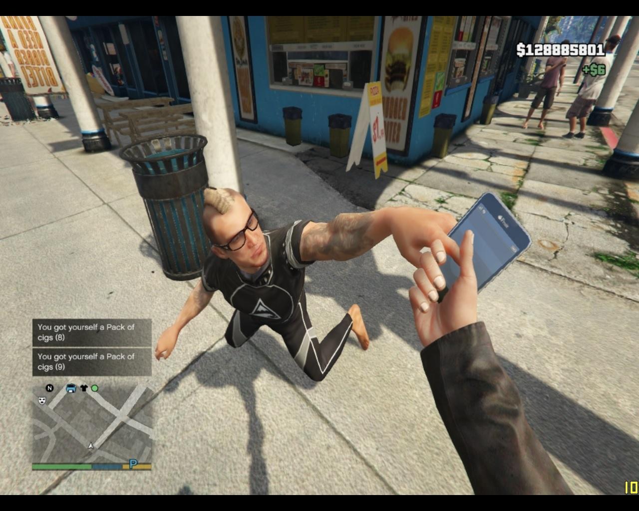 Der Spieler klaut ein Handy und Zigaretten von einem Passanten