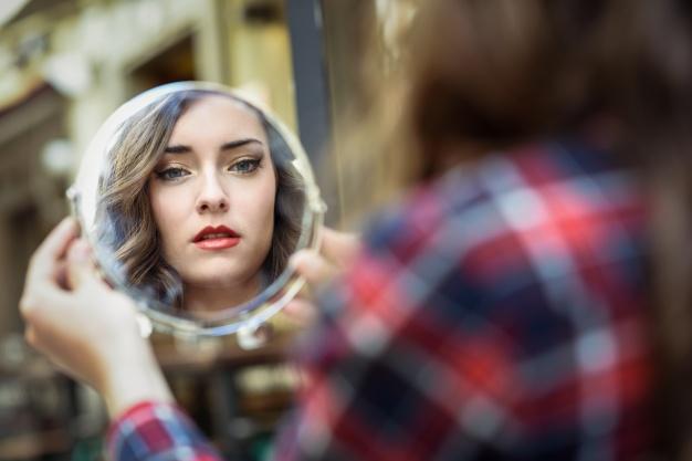 mujer-mirandose-en-un-espejo_1139-519.jpg