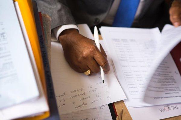 Его карьера началась сразу после окончания юридической школы в Найроби. Киару получил образование адвоката по уголовным делам, а сегодня в основном занимается сделками по земле и недвижимости.