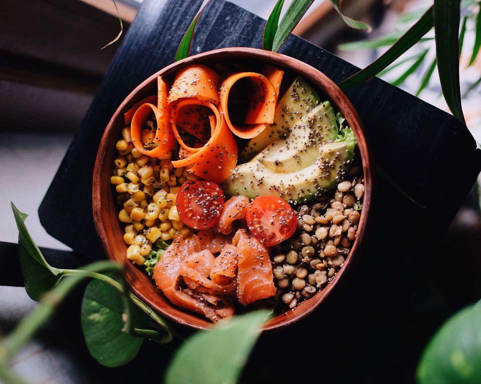 В одесском кафе «Ательер» есть большие и маленькие будда боулы. Этот с семгой, авокадо, кукурузой, чечевицей и свежими овощами. Приятного и полезного аппетита!