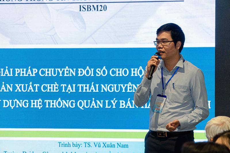TS. Vũ Xuân Nam – Phó Trưởng khoa HTTTKT báo cáo tại chương trình