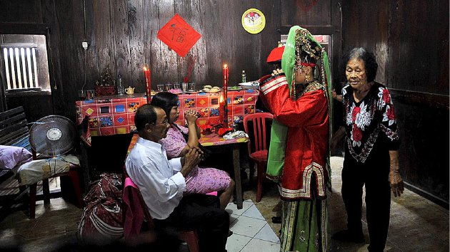 Warga keturunan Tionghoa mengadakan acara pernikahan dengan adat dan tradisi Tionghoa di Rumah Kawin Tan Kim Yok, Kedaung Wetan, Kecamatan Neglasari, Kota Tangerang, Banten, Kamis (5/11). Rumah kawin biasanya digunakan untuk mengadakan acara pernikahan selama beberapa hari.