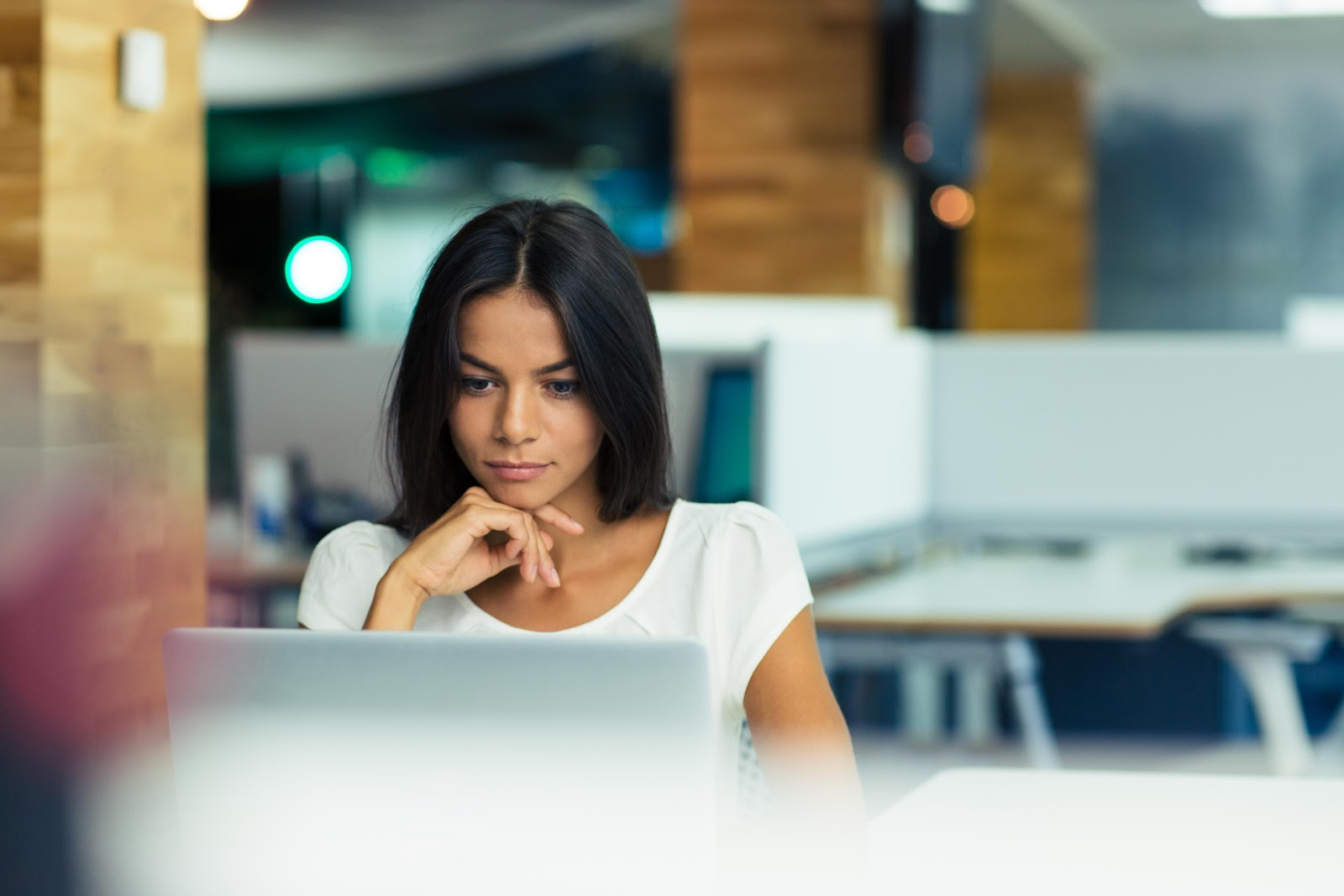 Mulher concentrada enquanto trabalha.