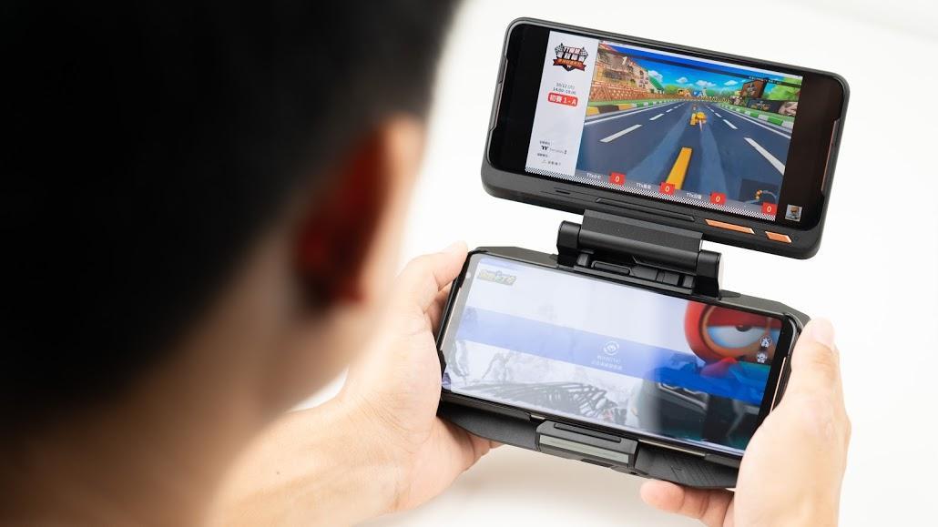 ASUS ROG Phone 2 電競手機!教你如何達到最佳遊戲體驗|PS4 手把配對、120Hz 更新率、高通S855+、遊戲手機推薦、Kunai 遊戲手把、側邊充電 - 13