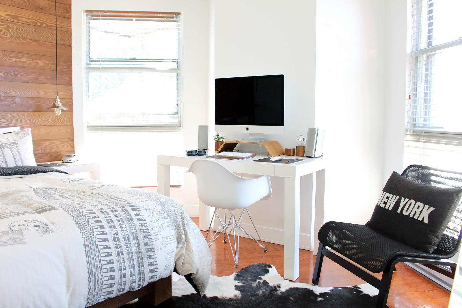 Um cantinho de home office no quarto.