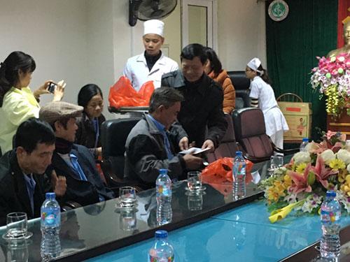 Hội chữ thập đỏ trao quà tết cho người nghèo tại Trung tâm Y tế huyện Cẩm Khê