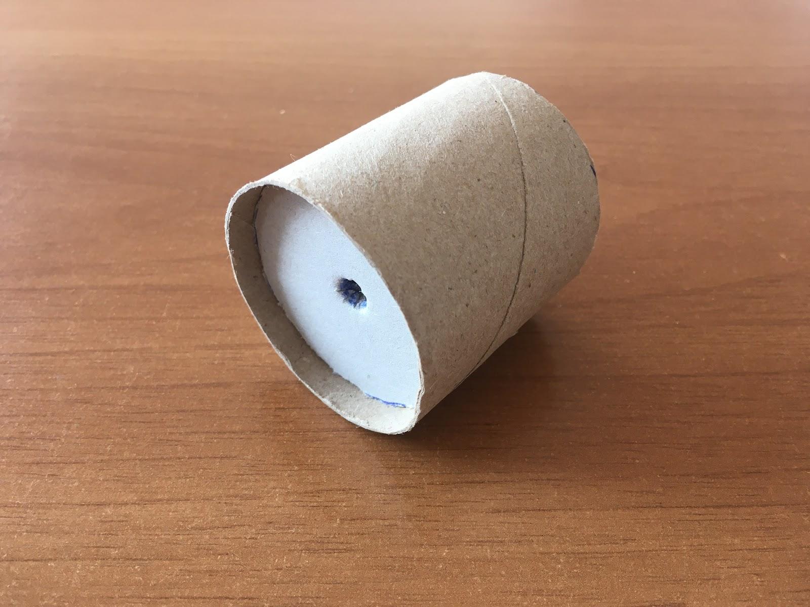 Inserción de las circunferencias dentro de los rollos de cartón cortados.