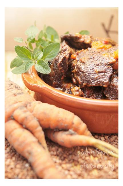 Policzki wołowe w sosie z pieczonej papryki